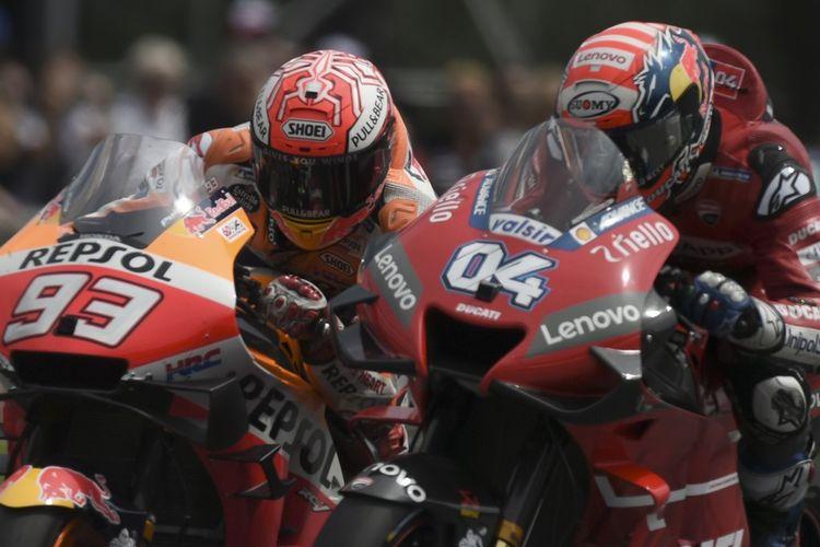 Pebalap Repsol Honda Team, Marc Marquez (kiri) bersaing dengan rider Mission Winnow Ducati, Andrea Dovizioso, pada balapan MotoGP Austria di Red Bull Ring, Minggu (11/8/2019).
