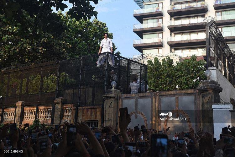 Penggemar berduyun-duyun mendatangi kediaman aktor Shah Rukh Khan di Mumbai, India, Rabu (5/6/2019), untuk mengucapkan selamat hari raya Idul Fitri. Kegiatan ini sudah menjadi tradisi penggemar Khan. Biasanya Khan menyapa mereka dari balkon rumahnya.