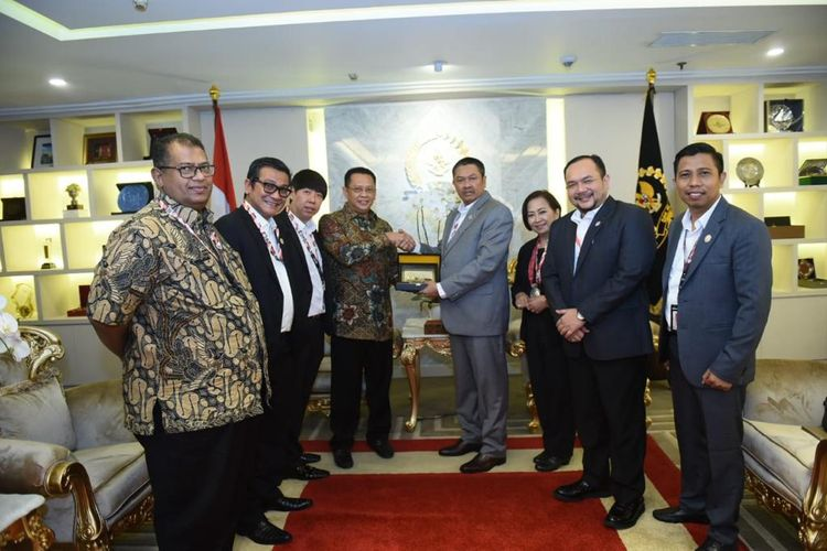 Ketua DPR Bambang Soesatyo saat menerima pengurus Kongres Advokat Indonesia (KAI), di Ruang Kerja Ketua DPR RI, Jakarta, Kamis (11/07/2019).