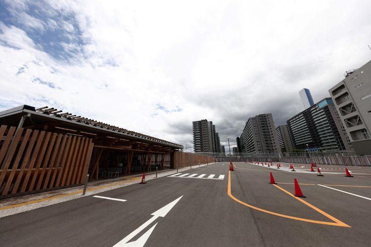 Pemandangan umum ini menunjukkan pintu masuk ke Village Plaza (kiri) dengan bangunan di Olympic Village (kanan) di seberangnya, selama tur media Village Plaza dan Olympic Village untuk Olimpiade Tokyo 2020 di Tokyo pada 20 Juni 2021 .