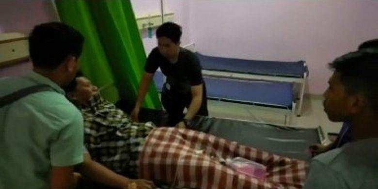 Seorang guru SMP di Mamuju, Sulawesi Barat, dilarikan ke rumah sakit setempat setelah dianiaya orangtua siswa di depan kelas saat mengajar pada Rabu (13/3/2019). Korban luka serius di kepala dan mendapat perawatan intensif hingga Kamis (14/3/2019).