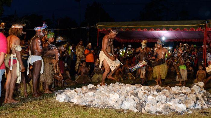 Apen Beyeren, Ritual Injak Batu Panas di Festival Biak Munara Wampasi