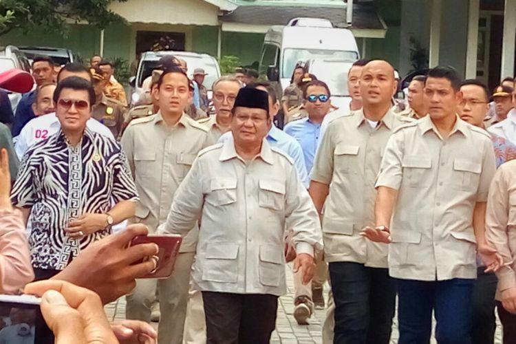 Capres nomor urut 02 Prabowo Subianto saat menghampiri wartawan usai bertemu dengan Sri Sultan HB X di Kantor Kepatihan, Kota Yogyakarta, Senin (8/4/2019).