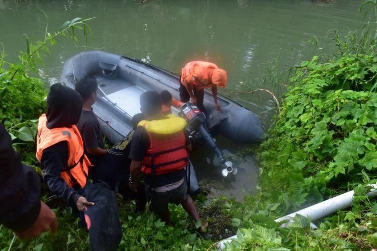 Darlin Uti (30), warga Desa Kinapani, Kecamatan Lasalimu, Kabupaten Buton, Sulawesi tenggara , tewas diterkam buaya ketika sedang menyelam di sungai Malaoge di Desa Kinapani,  Jumat (12/4/2019) siang.  Tim Pos SAR Baubau, tengah berupaya mencari korban di sungai Malaoge