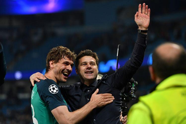 Pelatih Tottenham Hotspur, Mauricio Pochettino, merayakan kemenangan bersama pemainnya, Fernando Llorente, pada laga leg kedua perempat final Liga Champions, di Stadion Etihad, Rabu (17/4/2019).