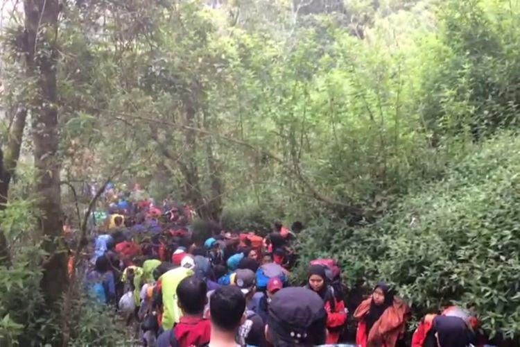 Kepadatan pendaki di Gunung Merbabu.