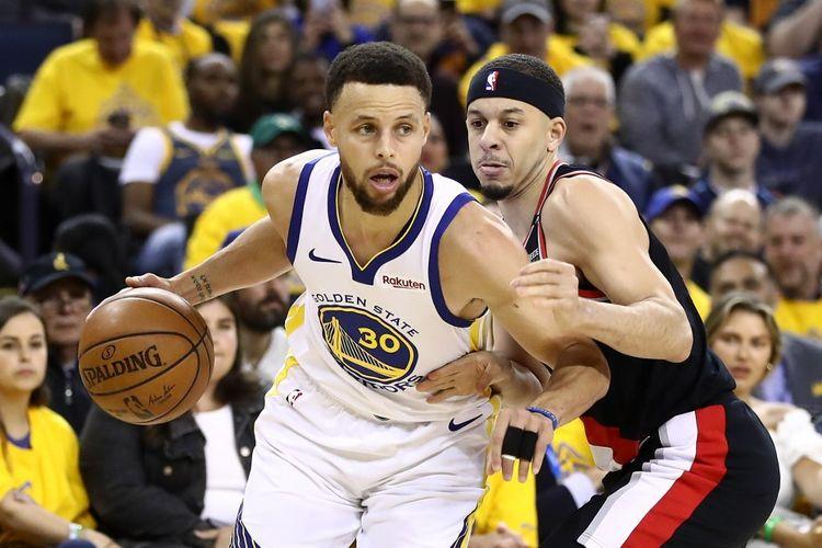 Kakak-beradik Stephen Curry (kiri) dan Seth Curry berduel pada laga final pertama NBA Wilayah Barat, yakni Portland Trail Blazers vs Golden State Warriors, di Oracle Arena, Kamis (15/5/2019).