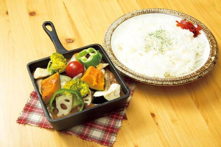 Kari Sayuran Panggan Goro Goro (900 yen) berisi banyak sayuran yang diproduksi lokal