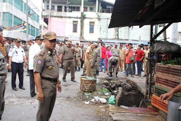 Suasana saat penertiban pedagang kaki lima di Pasar Kampung Lalang.