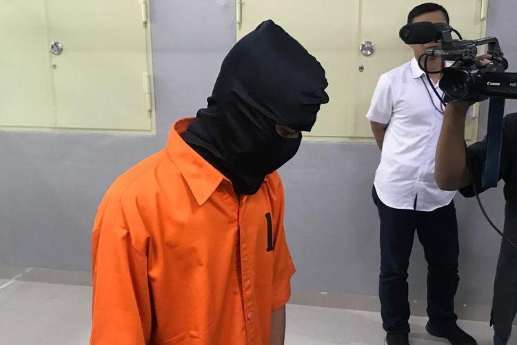 Seorang narapidana berinisial TR (25) dalam kasus pencabulan terhadap anak-anak di bawah umur melalui media sosial, di Gedung Bareskrim Polri, Jakarta Selatan, Senin (22/7/2019).