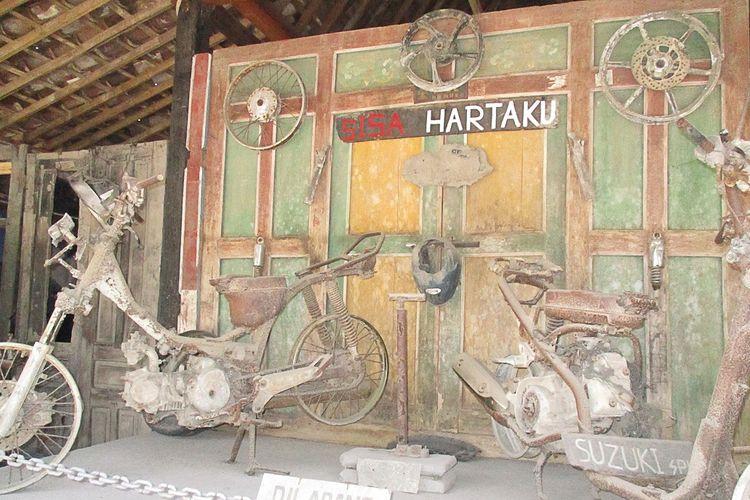 Motor-motor akibat erupsi di Museum Sisa Hartaku