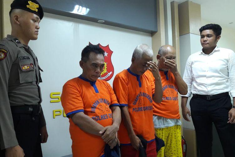 Tiga dari empat orang pelaku pembuat uang palsu yang ditahan di Mapolres Gresik.