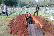 Petugas Mulai Gali Makam Ani Yudhoyono di TMP Kalibata
