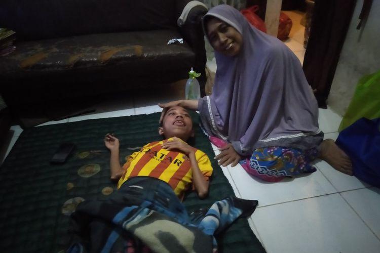 Fauzan saat bersama sang ibu di kediamanya di Jalan Unta Raya, RT 002/006, Pondok Ranji, Ciputat, Tanggerang Selatan.