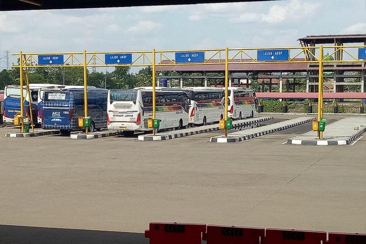 Bus AKDP pindah ke terminal Jatijajar, Depok, Senin (14/4/2019).