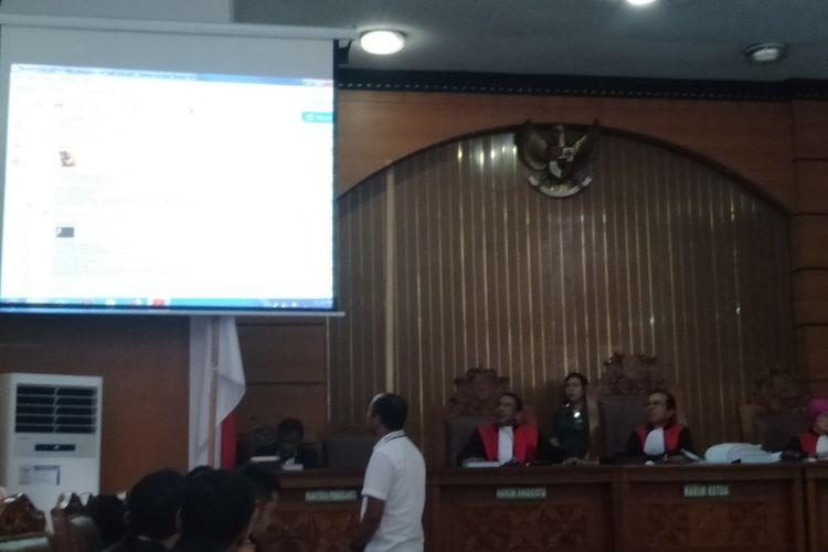 Saksi Ahli Forensik Saji Purwanto Menunjukkan Bukti Percakapan Antara Ratna Sarumpaet dengan Fadli Zon dan Nanik S Deang di Pengadilan Negeri Jakarta Selatan, Kamis (25/4/2019)