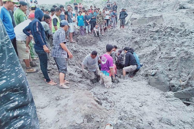Warga saat mencari pekerja tambang timah inkonvensional di Blok 8 Lubuk Besar, Bangka Tengah, Selasa (18/6/2019).