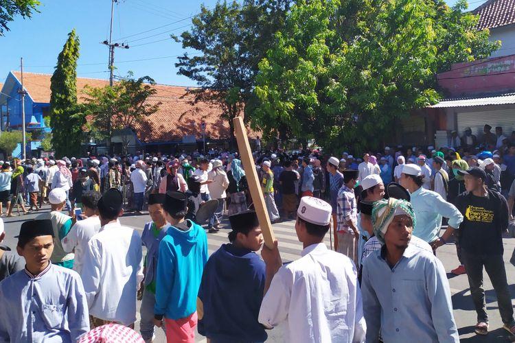 Massa dari wilayah utara dan barat Pamekasan mendatangi kantor Polres Pamekasan, Rabu (22/5/2019). Mereka datang membawa bambu runcing, kayu balok dan senjata tajam.