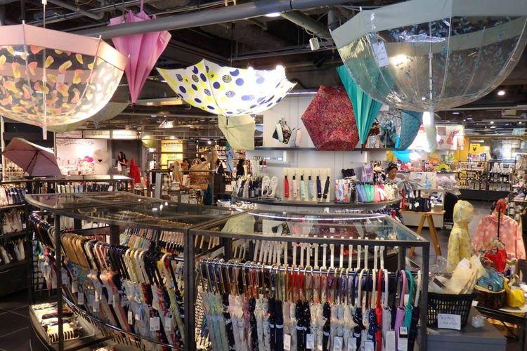 Aneka koleksi payung ini di Shibuya LOFT.