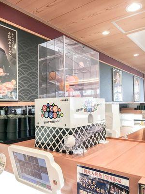 Coba keberuntungan Anda sambil menikmati sushi di restoran ini.