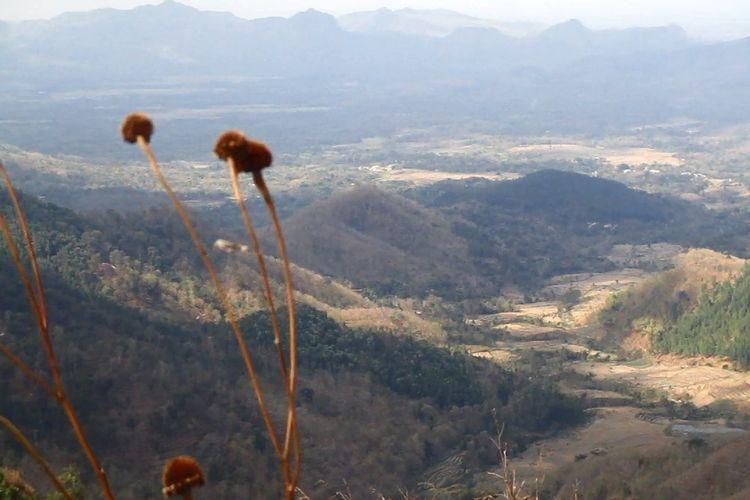 Gunung Besek cocok dinikmati oleh mereka yang ingin melihat ketinggian tapi malas mendaki