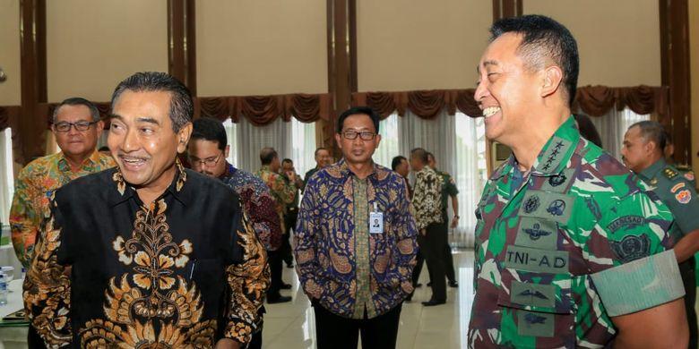 Direktur Hubungan Kelembagaan Bank BRI Sis Apik Wijayanto (kiri) dan Direktur Keuangan AD Brigadir Jendral (Brigjen) TNI Temas (kanan) dalam acara pengesahan Perjanjian Kerja Sama (PKS).