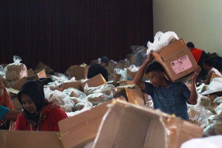 KEGIATAN pengemasan dan pendistribusian logistik Pemilu 2019 di gudang 2 KPU Cianjur, Jawa Barat yang disayangkan Bawaslu setempat karena dinilai ?tidak steril?