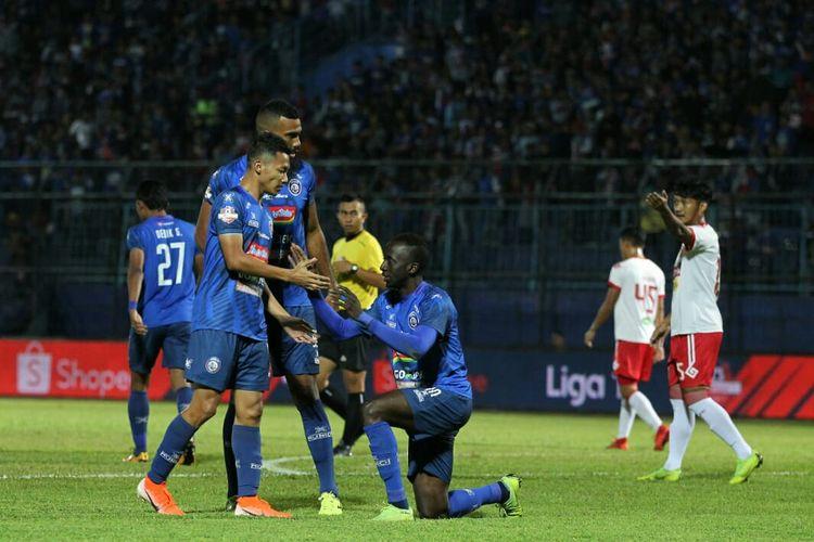 Penyerang Arema FC, Makan Konate merayakan gol yang dicetaknya ke gawang Perseru Badak Lampung FC pada pekan ke-9 Liga 1 2019 di Stadion Kanjuruhan, Malang, 16 Juli 2019.