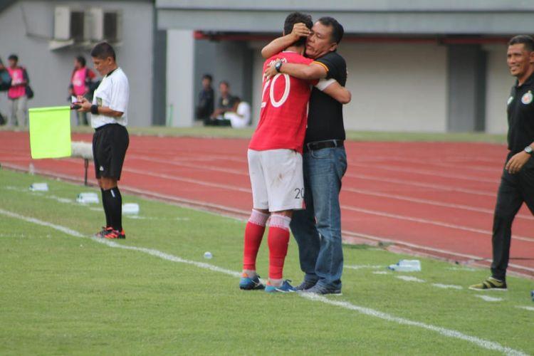 Pelatih Semen Padang Syafrianto Rusli memeluk Juffo yang sukses menjebol gawang Mitra Kukar pada pertandingan terakhir grup B Piala Presiden,  Kamis (14/3/2019)  di Stadion Patriot,  Bekasi.