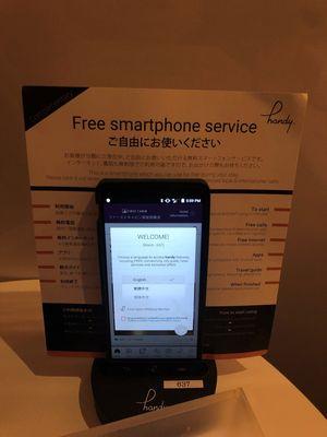 Anda diberi smartphone selama bepergian yang bisa digunakan untuk menelpon dan internet gratis selama di perjalanan.
