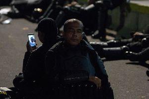 """Kisah di Balik Foto Anggota Brimob """"Video Call"""" Anaknya Saat Bertugas"""