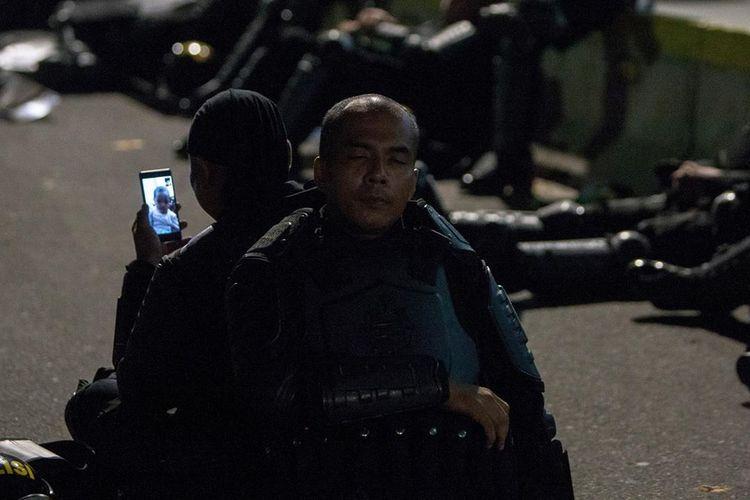 Foto anggota brimob di demo Jakarta yang viral dibagikan di media sosial.