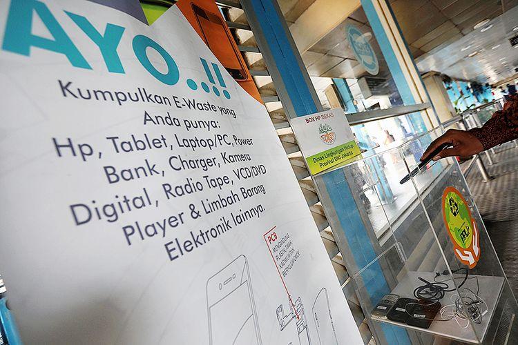 Kotak penampung (drop box) sampah elektronik (e-waste) tersedia di Halte Transjakarta Kampung Melayu, Jakarta, Rabu (2/5/2018). Dinas Lingkungan Hidup Pemprov DKI menyediakan kotak penampung sampah elektronik yang mengandung limbah berbahaya untuk diolah di perusahaan yang khusus mengolah limbah bahan berbahaya beracun (B3) untuk dimusnahkan.