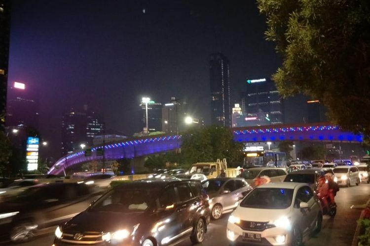 Kondisi arus lalu lintas di Jalan Gatot Subroto, Jakarta Pusat, tepatnya di depan Hotel Sultan jelang acara debat Cawapres, Minggu (17/3/2019).