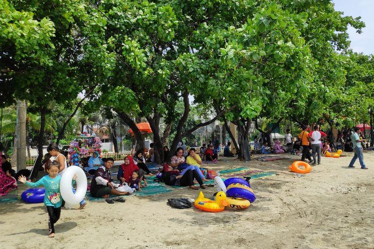 Wisatawan di Pantai Lagoon, Taman Impian Jaya Ancol, Jakarta, Kamis (17/4/2019).