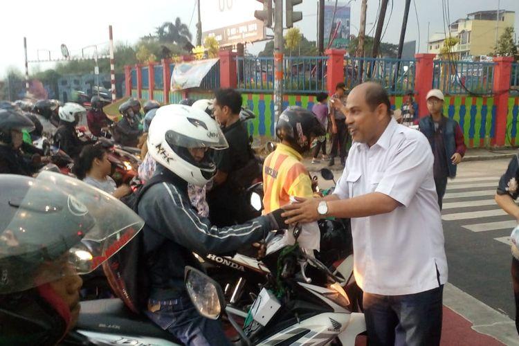 Pembagian takjil di Jalan Margonda, Depok, Rabu (15/5/2019).