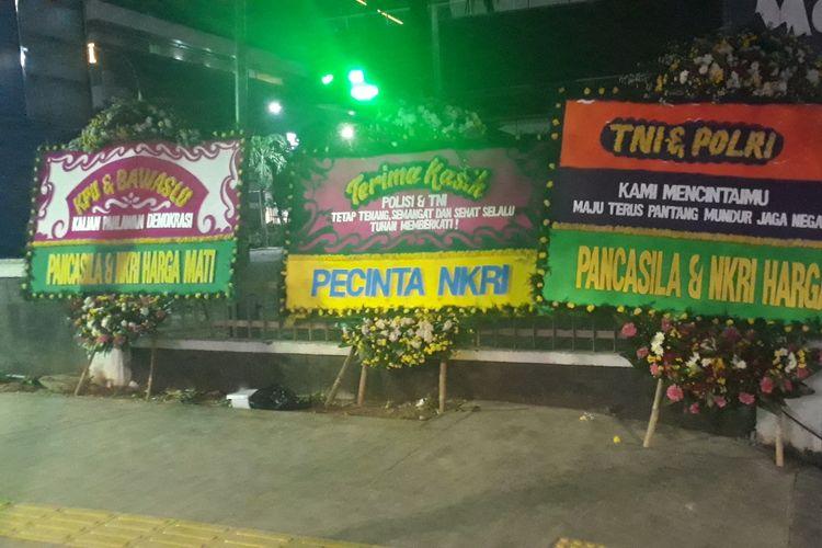 Tiga karangan bunga Pancasila & NKRI Harga Mati bersandar di pagar pusat perbelanjaan Sarinah, Jalam MH. Thamrin, Jakarta Pusat, Kamis (23/5/2019).