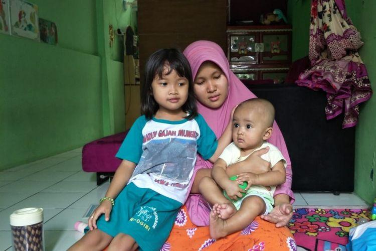 Ella Karina ibu dari bayi laki-laki bernama Google bersama bayi dan anak perempuannya, di kediamannya, Komplek Rawa Roko, Rawalumbu, Kota Bekasi, Jumat (21/6/2019).