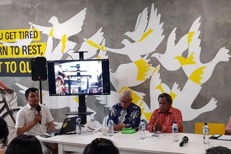 Pater Jhon Jangga (batik biru) saat penyampaian laporan konflik Kabupaten Nduga, Papua di Kantor Amnesty Internasional, Menteng, Jakarta Pusat, Rabu (14/8/2019)