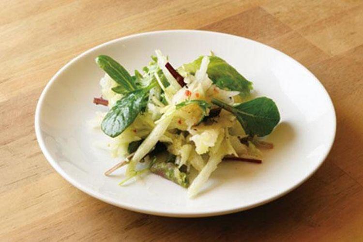 Nikmati tekstur yang  berbeda dari pepaya Okinawa melalui hidangan Papaya Salad (380 yen).