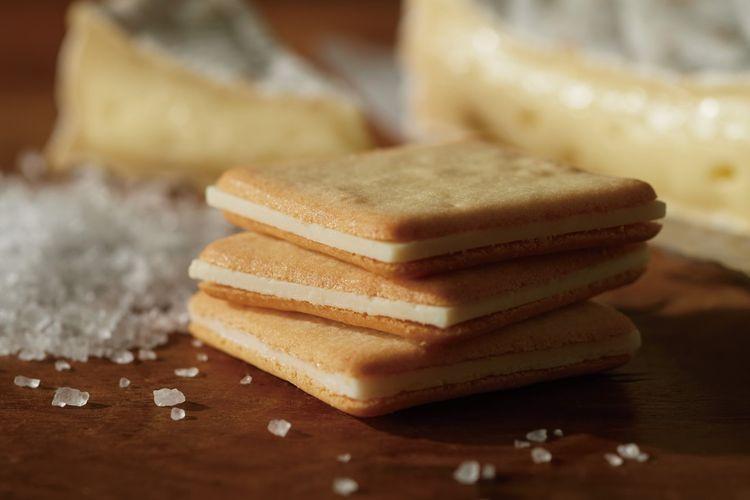 Salt & Camembert Cookies, (972 yen untuk 10 buah, 1.944 yen untuk 20 buah)