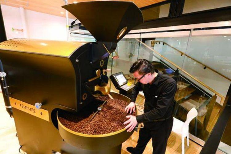 Mesin roasting kopi yang ada di dalam kafe