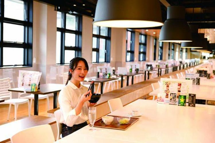 Area makan kafe berkapasitas 100 kursi, terasa luas dengan langit-langit yang tinggi