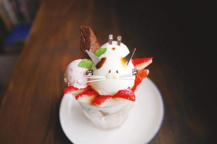 Fresh Strawberry Nyanko Parfait (1.026 yen) terbuat dari stroberi segar tersedia mulai pukul 13.00 dan terbatas dua pesanan per grup.