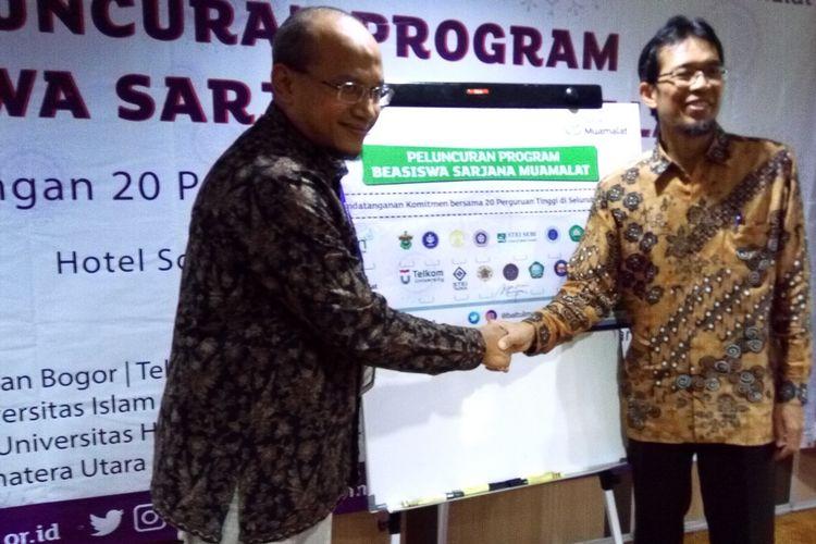 Berdiri di kiri dari arah pembaca, Ketua Pengawas Yayasan Baitulmaal Muamalat (BMM) Riksa Prakoso dan Direktur Eksekutif BMM Teten Kustiawan (kanan) saat peluncuran Program Beasiswa Sarjana Muamalat di Jakarta, Kamis (2/5/2019).