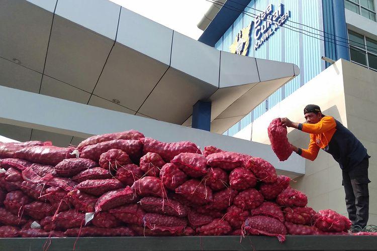 Seorang pekerja sedang memuat bawang merah sitaan KPPBC Pabean C Kuala Langsa untuk dibawa ke sejumlah kabupaten kota yang dipilih untuk dihibahkan kepada warga yang berhak menerimanya. Sebanyak 30 ton bawang merah disita karena dibawa secara ilegal oleh warga melalui jalur laut. Bawan ini berasal dari Thailand.*****