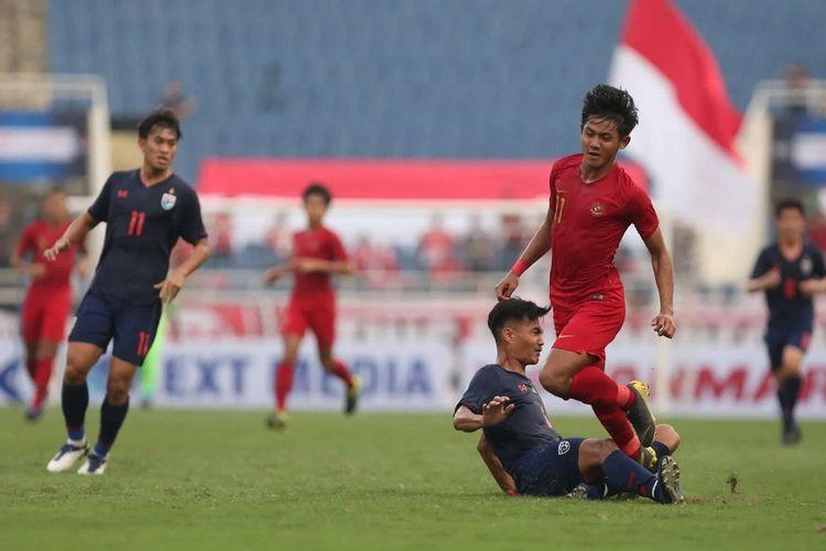 Firza Andika dijegal bek lawan pada laga Timnas U-23 Indonesia vs Thailand dalam babak kualifikasi Piala Asia U-23 2020 di Stadion My Dinh, 22 Maret 2019.