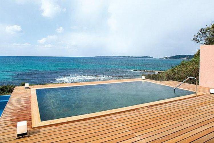 Dua pemandian terbuka yang terletak di dek dengan pemandangan menghadap ke laut yang dapat juga digunakan oleh tamu yang tidak menginap
