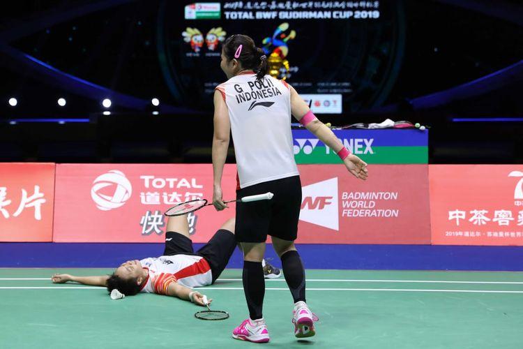 Ekspresi pasangan ganda putri Indonesia Greysia Polii/Apriyani Rahayu setelah kalah dari pasangan ganda putri Jepang, Mayu Matsumoto/Wakana Nagahara, dengan skor 15-21, 17-21 pada babak semifinal Piala Sudirman 2019, Sabtu (25/5/2019).