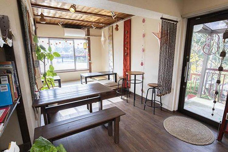 Pemiliknya seorang perempuan yang hobi melakukan perjalanan ke Asia. Oleh karena itu, ia memutuskan menghiasi kafenya dengan aksesoris terinspirasi budaya Asia.